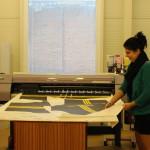 Na bílou látku se speciální tiskárnou nanáší barva